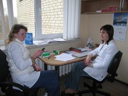 """""""Nefrologų pagalbos"""" kolektyvo sutikimus priėmė gydytoja nefrologė Renata Vitkevič (dešinėje)"""